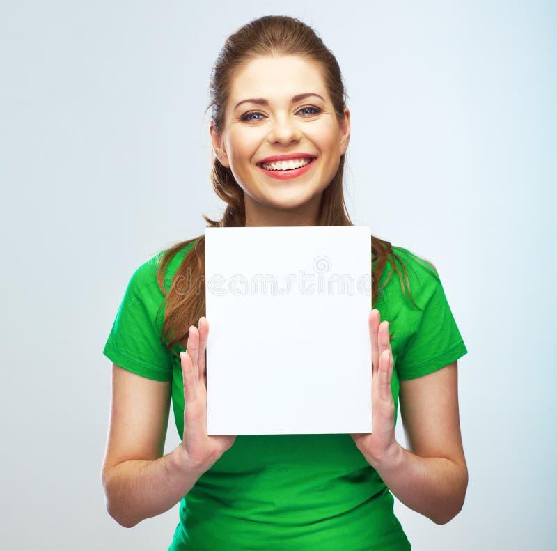 Donna che tiene ritratto isolato manifesto in bianco fotografia stock libera da diritti