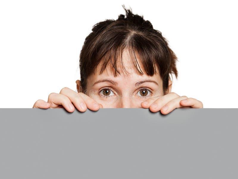 Donna che tiene segno o cartello in bianco fotografia stock libera da diritti