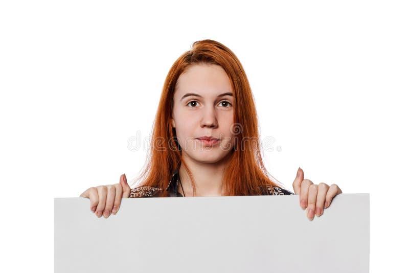 Donna che tiene tabellone per le affissioni bianco fotografia stock libera da diritti