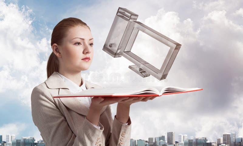 Donna che tiene taccuino aperto con il computer immagine stock libera da diritti