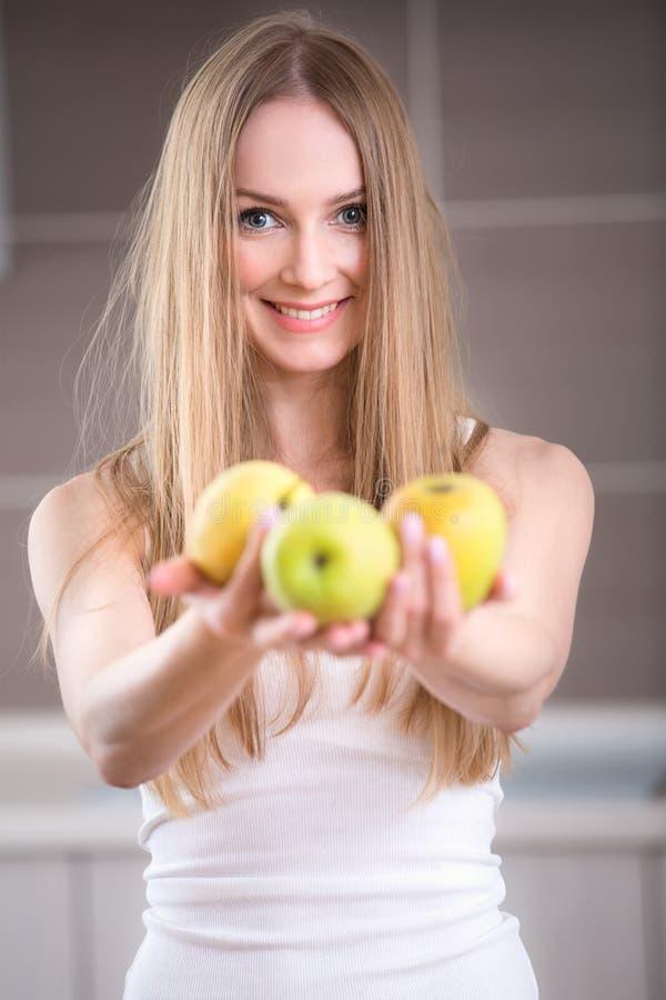 Donna che tiene tre mele immagine stock libera da diritti