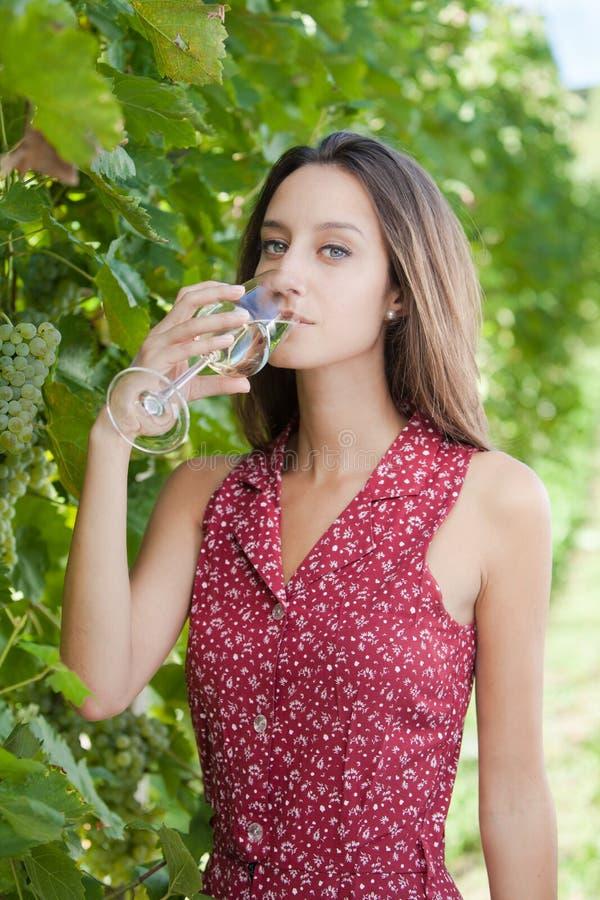 Donna che tiene un bicchiere di vino fotografia stock