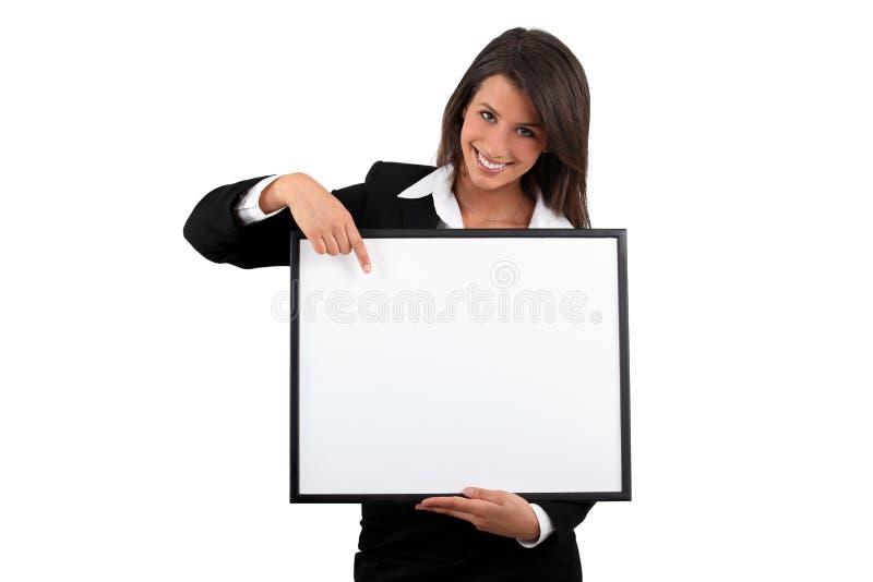 Donna che tiene un blocco per grafici fotografia stock