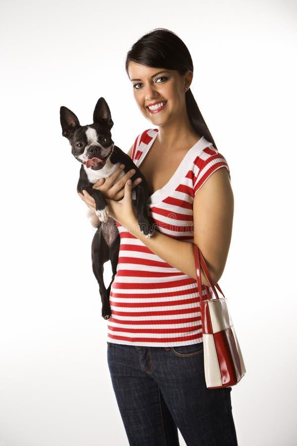 Donna che tiene un cane. immagini stock