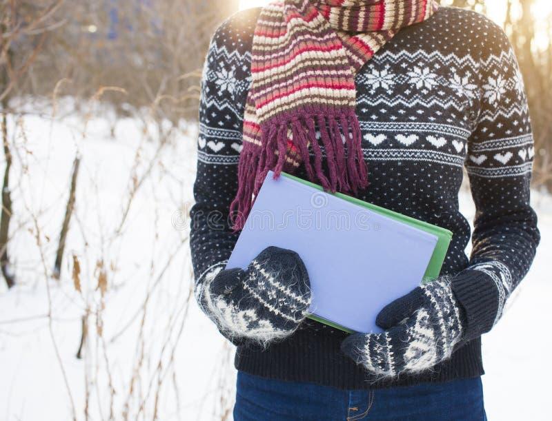 Donna che tiene un libro fotografie stock libere da diritti