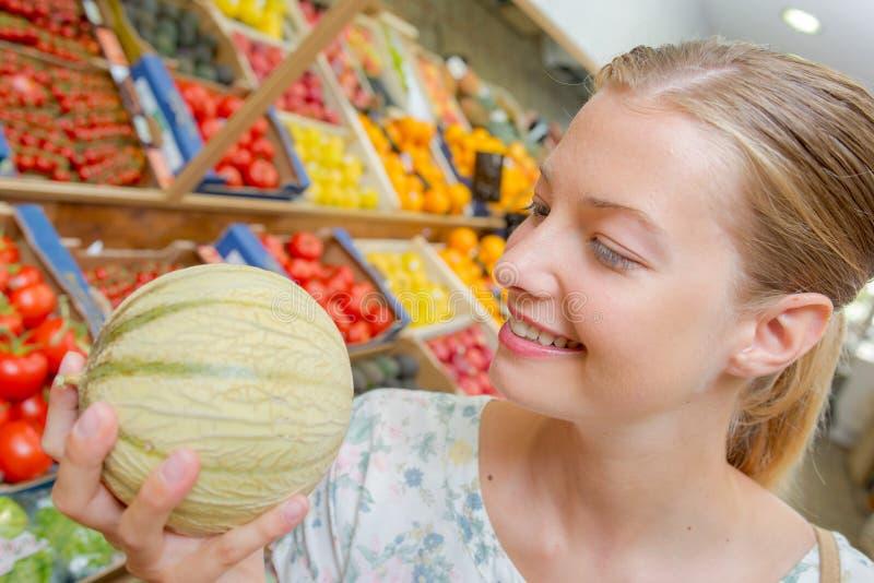 Donna che tiene un melone fotografia stock libera da diritti
