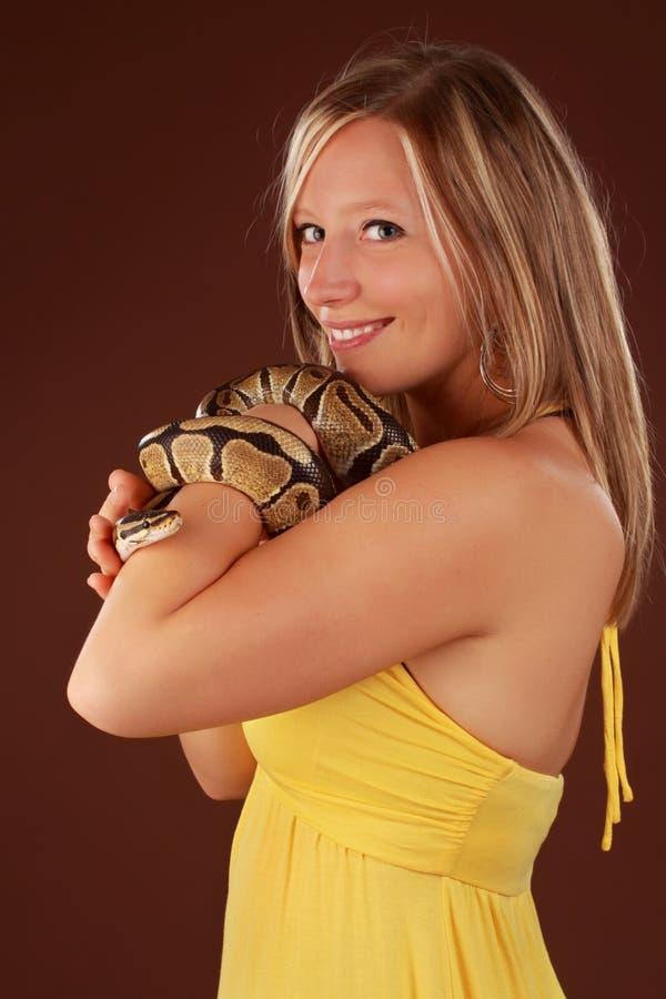 Donna che tiene un serpente fotografia stock