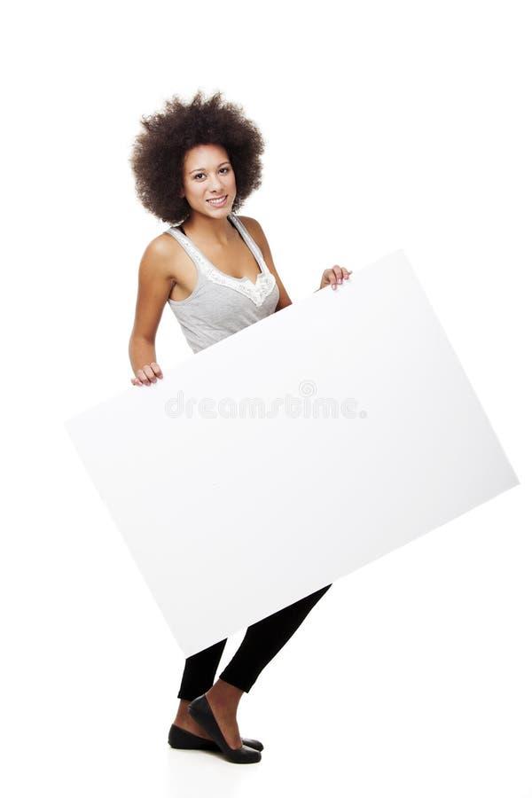 Donna che tiene un tabellone per le affissioni bianco immagini stock