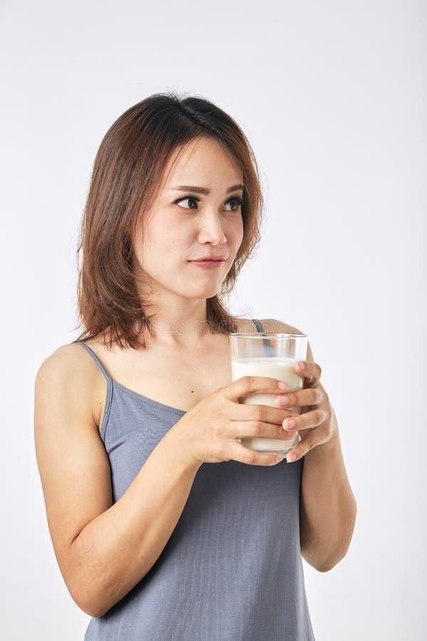 Donna che tiene un vetro di latte immagine stock libera da diritti