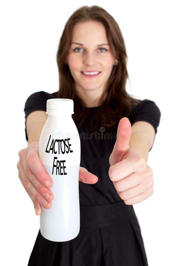 Donna che tiene una bottiglia di latte senza lattosio immagine stock libera da diritti