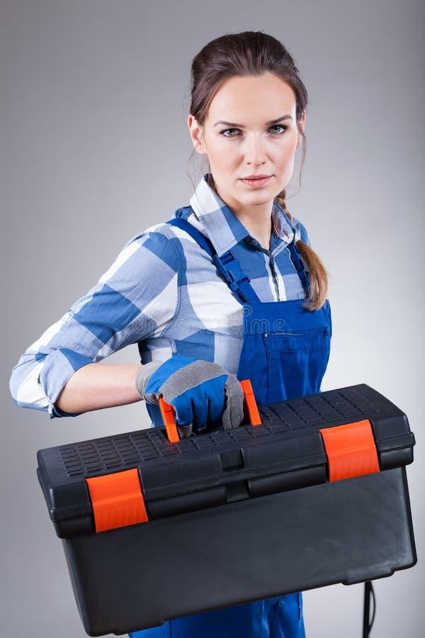 Donna che tiene una cassetta portautensili fotografie stock libere da diritti