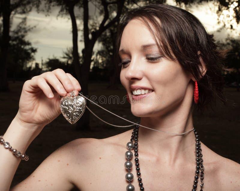 Donna che tiene una collana del cuore immagini stock libere da diritti