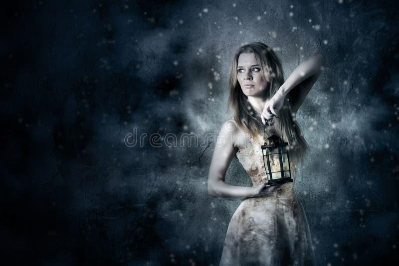 Donna che tiene una lanterna della candela immagini stock