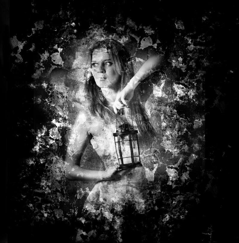 Donna che tiene una lanterna della candela immagini stock libere da diritti