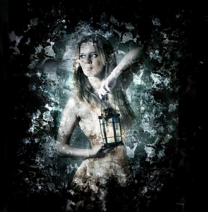 Donna che tiene una lanterna della candela fotografie stock