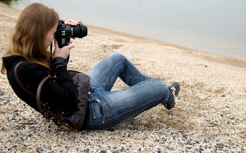 Donna che tiene una macchina fotografica della foto fotografia stock libera da diritti