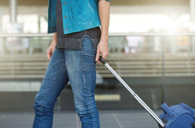 Donna che tira valigia alla stazione ferroviaria immagine stock libera da diritti