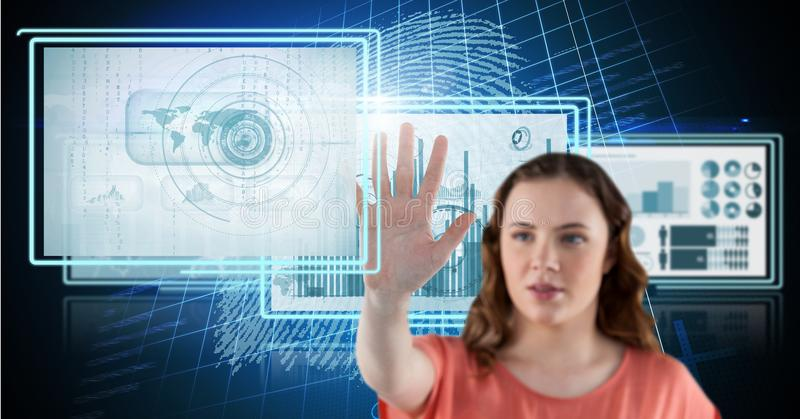 donna che tocca e che interagisce con i pannelli dell'interfaccia di tecnologia immagini stock libere da diritti