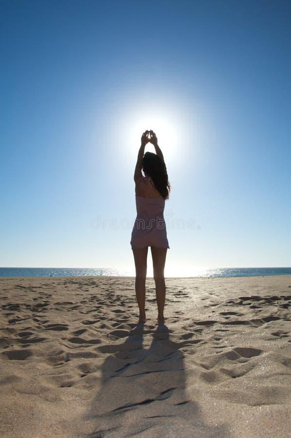 Donna che tocca il sole immagine stock
