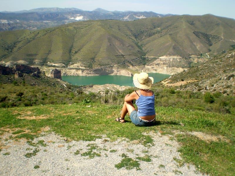 Donna che trascura un lago immagini stock libere da diritti
