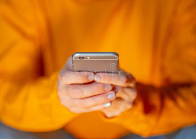 Donna che usando fine mobile sull'immagine concettuale di gioco mobile di dipendenza del telefono e dei media sociali immagine stock