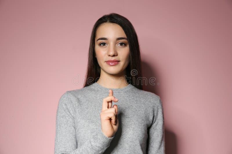 Donna che usando linguaggio dei segni su fondo fotografie stock