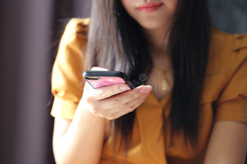 Donna che usando smartphone moderno, concetto di affari e di tecnologia della comunicazione immagini stock