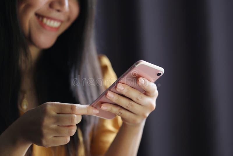 Donna che usando smartphone moderno, concetto di affari e di tecnologia della comunicazione immagine stock