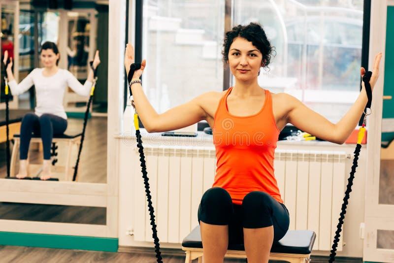 La Sedia Dei Pilates Dell'uomo Esercita La Forma Fisica ...