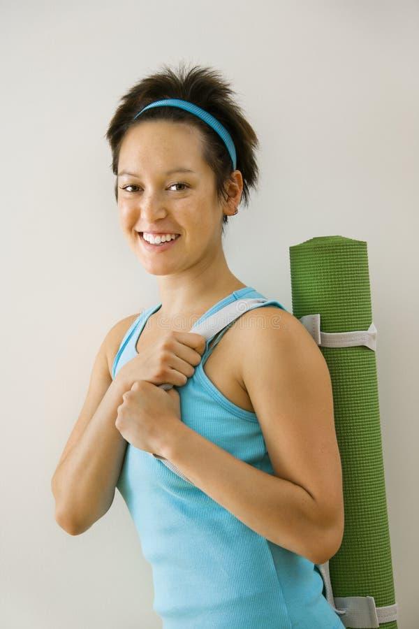Donna che va all'yoga immagine stock