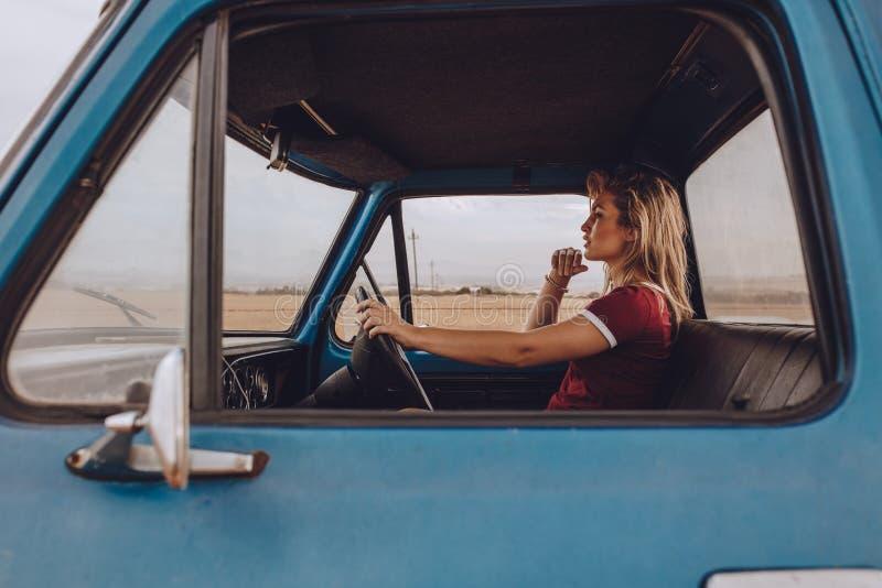 Donna che va da solo su un viaggio stradale fotografia stock libera da diritti