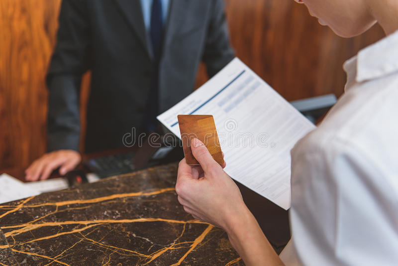 Donna che va pagare stanza in hotel fotografia stock libera da diritti