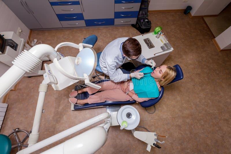 Donna che vede un dentista immagine stock
