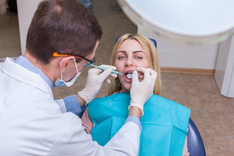Donna che vede un dentista immagini stock libere da diritti