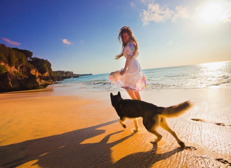 Donna che viaggia con il cane immagini stock