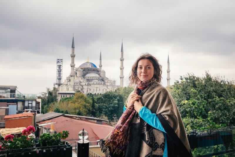 Donna che viaggia a Costantinopoli vicino alla moschea di Aya Sofia, Turchia immagini stock