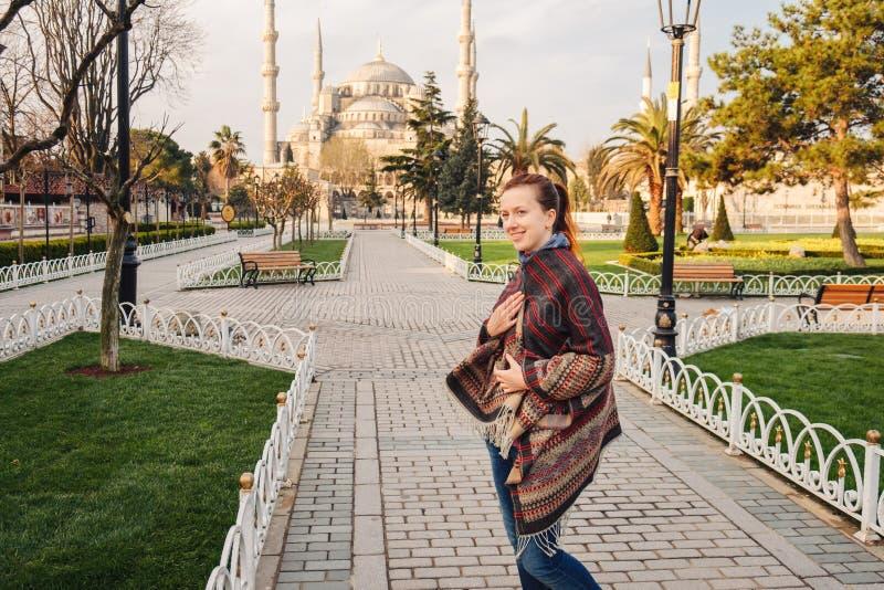 Donna che viaggia a Costantinopoli vicino alla moschea di Aya Sofia, Turchia immagine stock