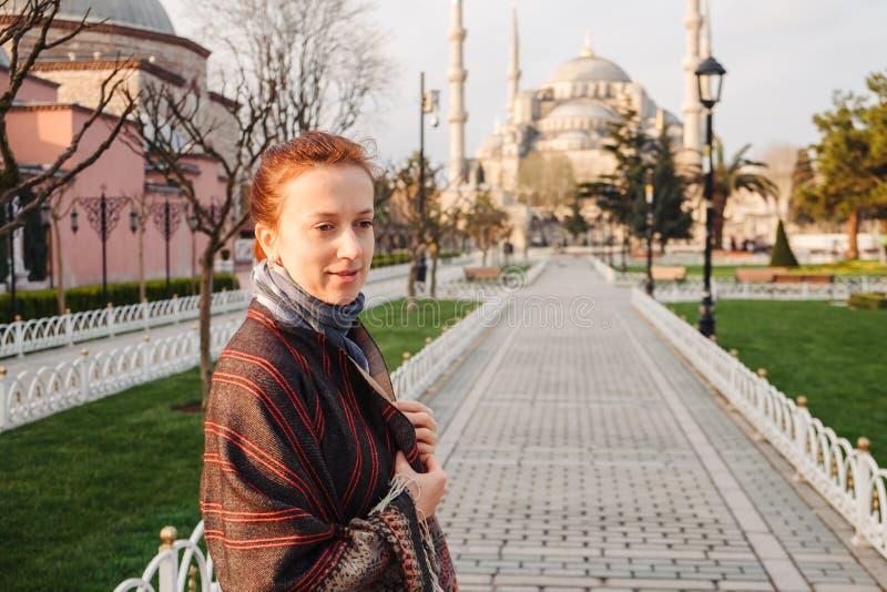 Donna che viaggia a Costantinopoli vicino alla moschea di Aya Sofia, Turchia fotografia stock