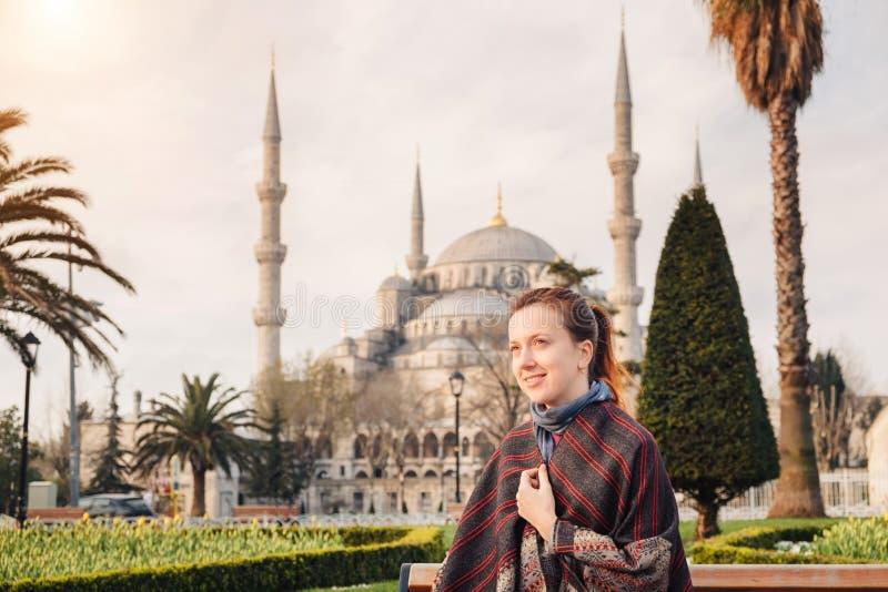 Donna che viaggia a Costantinopoli vicino alla moschea di Aya Sofia, Turchia fotografia stock libera da diritti
