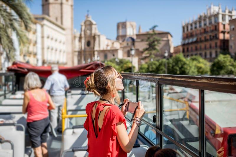 Donna che viaggia nella città di Valencia fotografie stock libere da diritti