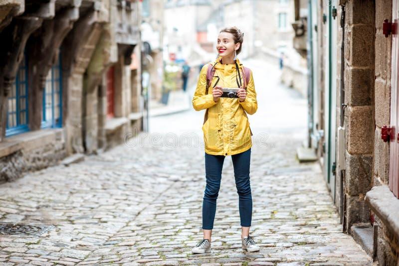 Donna che viaggia nella città francese Dinan fotografie stock
