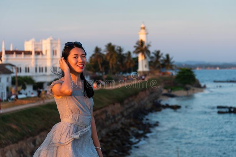 Donna che visita la fortificazione olandese di Galle nello Sri Lanka fotografie stock libere da diritti