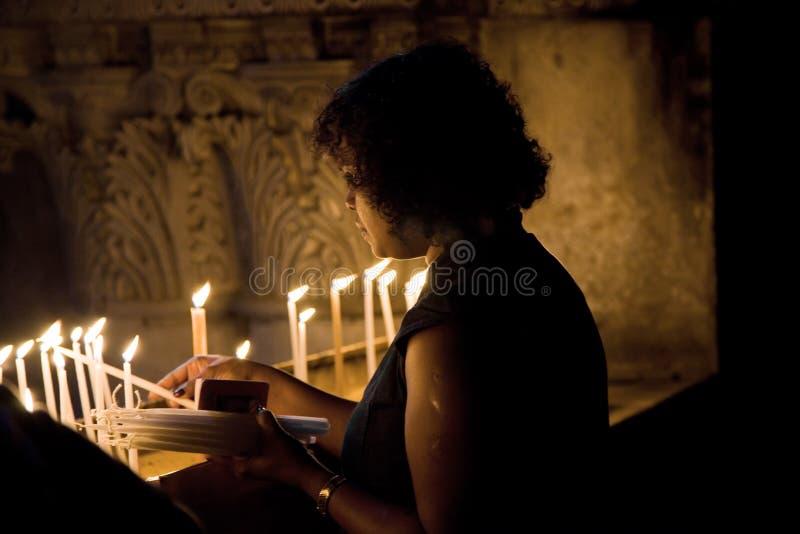Donna in chiesa immagine stock
