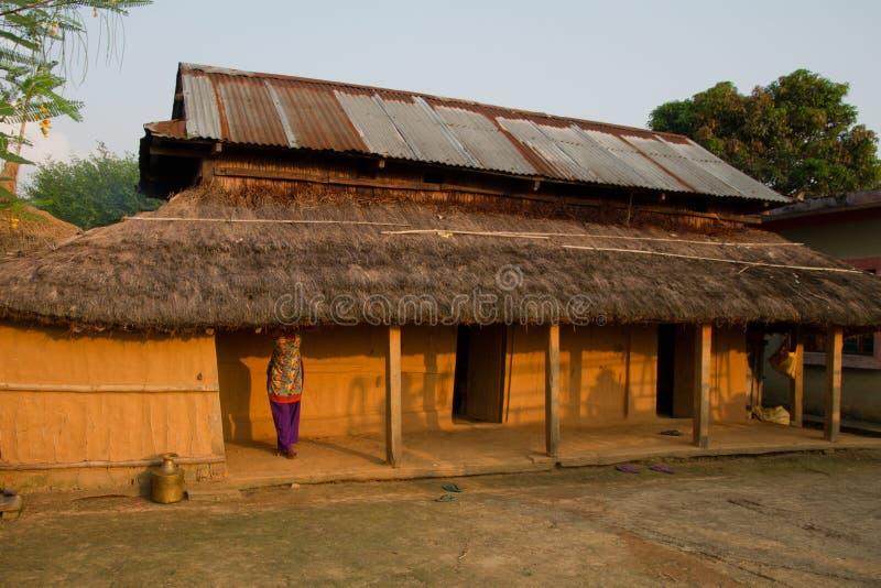 Donna, Chitwan, il Nepal e casa nepalesi fotografia stock libera da diritti