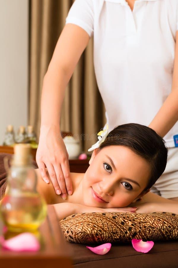 Donna cinese al massaggio di benessere con gli oli essenziali immagini stock