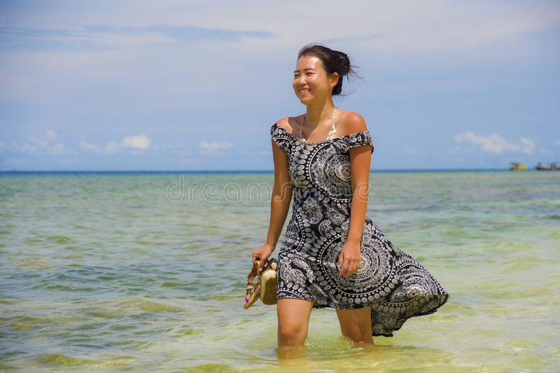 Donna cinese asiatica felice in vestito da estate che cammina su bello T immagini stock