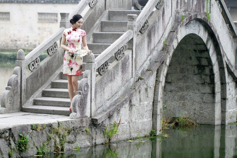 Donna cinese asiatica nel cheongsam tradizionale fotografia stock libera da diritti