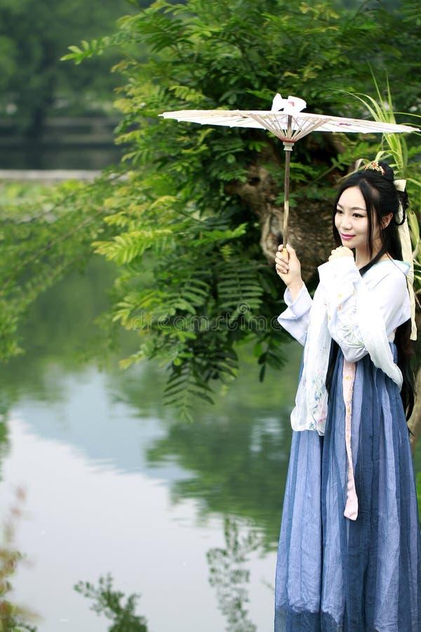 Donna cinese asiatica nella bellezza tradizionale di Œclassic del ¼ del dressï di Hanfu in Chin immagini stock