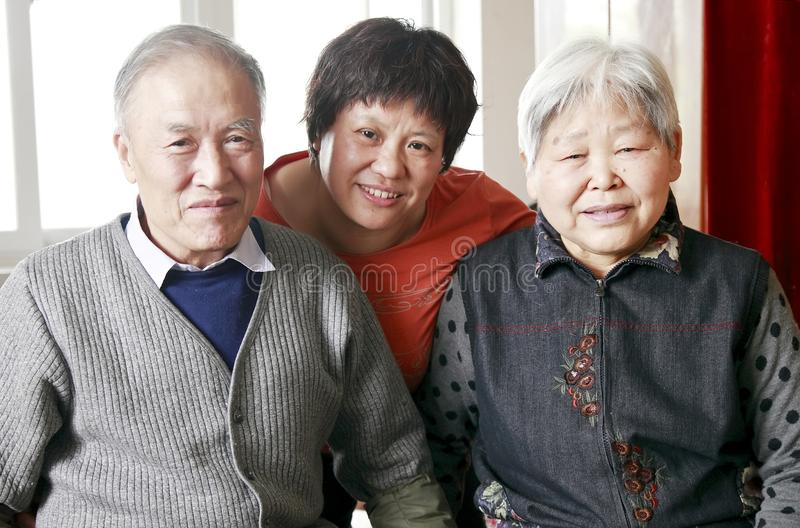 Donna cinese con i suoi genitori fotografia stock