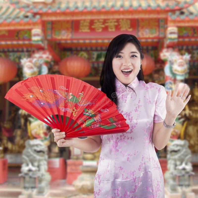 Donna cinese con il vestito tradizionale dal cheongsam immagini stock
